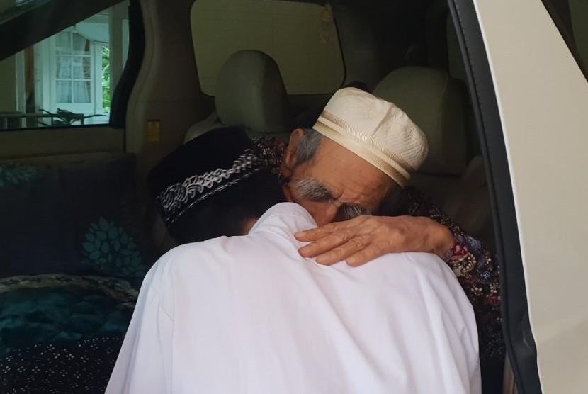 Ustaz Abdul Somad mengunjungi KH Maimoen Zubair (Mbah Moen), Sabtu (9/2).