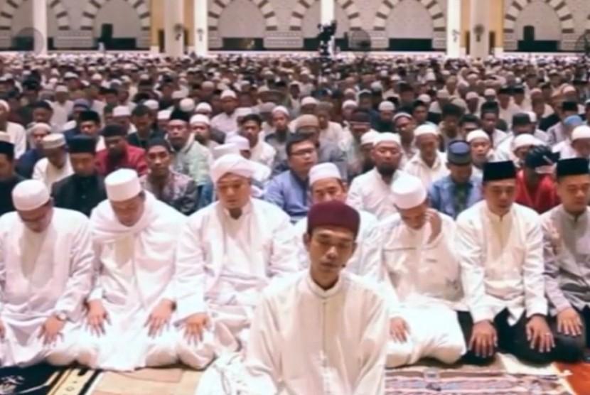 Ustaz Abdul Somad saat menjadi imam Shalat