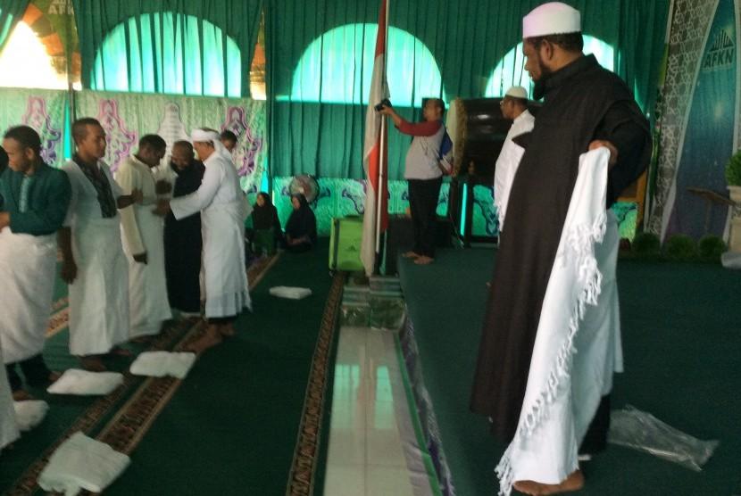 Ustaz Fadhlan Garamatan bimbing kepala suku kenakan pakaian ihram.