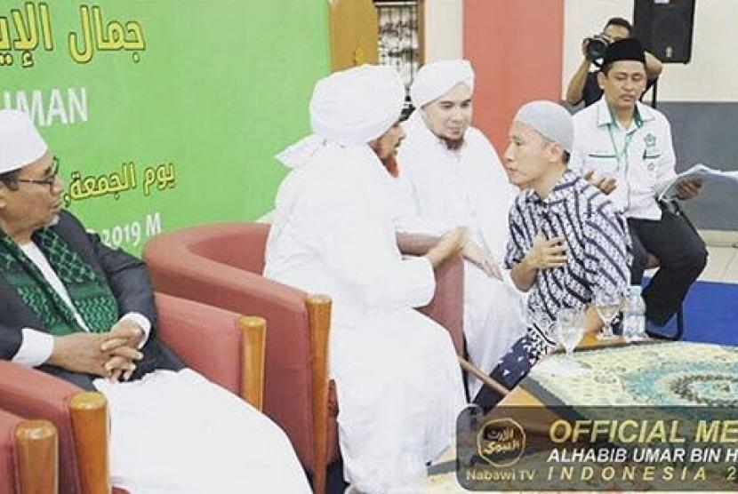 Ustaz Felix Siauw di dekat Habib Umar bin Muhammad bin Salim bin Hafidz di acara pengajian di Masjid JIC Jakarta Utara, Jumat (20/9)