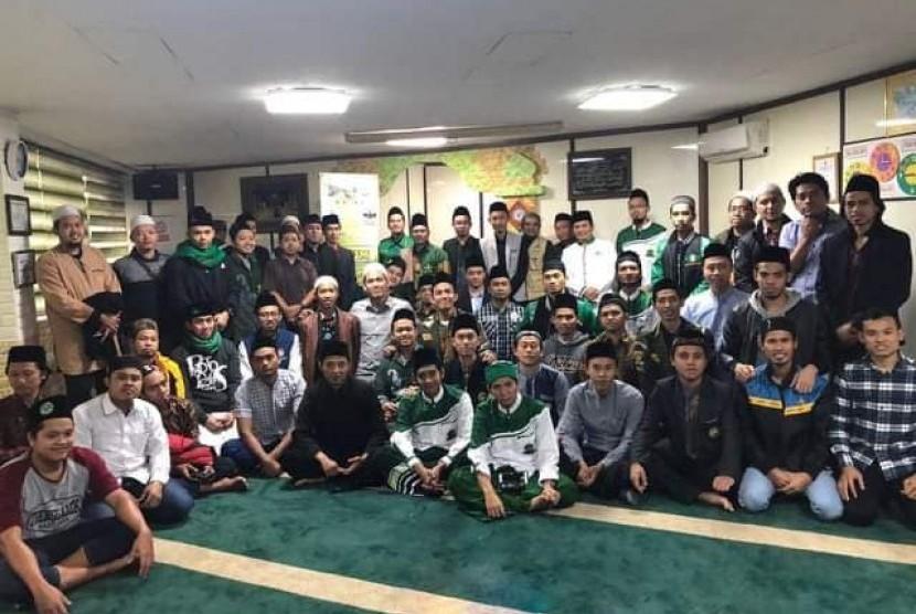Ustaz Khumaini bersama jamaah Masjid Nurul Hidayah, Anseong,