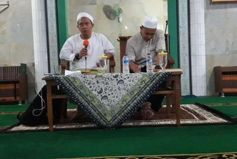 Ustaz Muhajir Affandi (kiri).