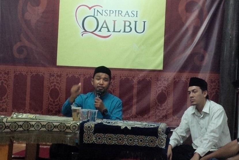 Ustaz Muhammad Yasin Jumadi, Lc, Wakil Sekretaris Bidang Aqidah dan Dakwah Ikatan Alumni Timur Tengah (IKAT) Aceh saat mengisi pengajian rutin Kaukus Wartawan Peduli Syariat Islam (KWPSI) di Rumoh Aceh Kupi Luwak, Jeulingke, Rabu (21/3) malam.