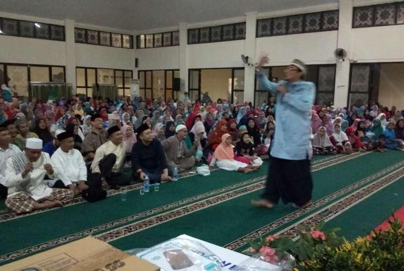 Ustaz Subki Al  Bughury tampil pada acara penutupan Gebyar Dakwah MUI DKI Jakarta yang diadakan di Masjid Al Hijrah, Rusun Marunda, Jakarta, Jumat (31/8).