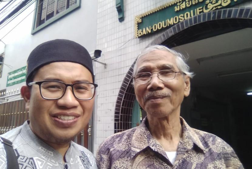 Ustaz Taufiq Hidayat Nazar Dai Ambassador Dompet Dhuafa untuk Thailand tengah bersilaturahim dengan Ustaz Ransan Binkamson di masjid di Thailand.