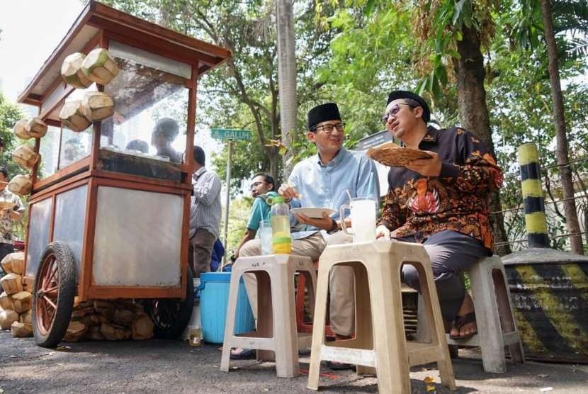 Ustaz Yusuf Mansur dan Sandiaga Salahuddin Uno santap siang bersama sebelum melaksanakan shalat jumat di Masjid At-Taqwa, Kebayoran Baru, Jakarta, Jumat (31/8).