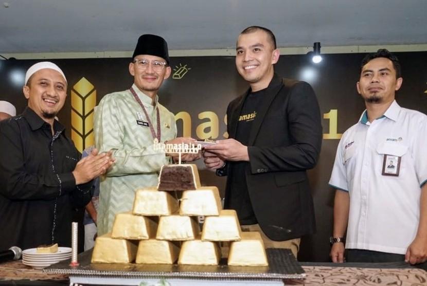 Ustaz Yusuf Mansur, Wakil Gubernur DKI Jakarta Sandiaga Uno, dan CEO Tamasia Muhammad Assad berfoto bersama saat perayaan ulang tahun pertama aplikasi Tamasia