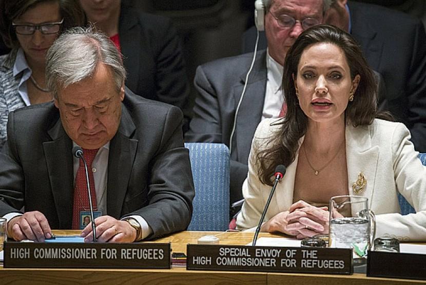 Utusan Khusus Komisaris Tinggi PBB untuk Pengungsi Angelina Jolie saat berbicara dalam forum PBB, Jumat (24/4)