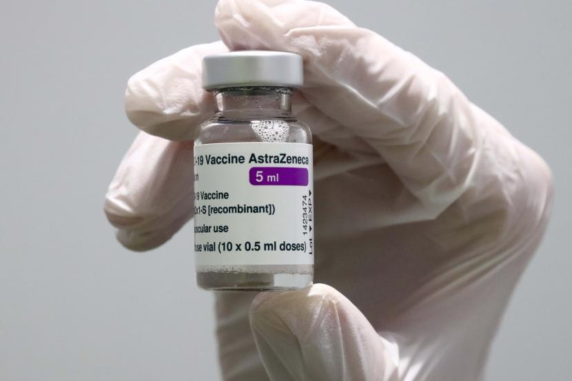 Vaksin Astrazeneca. Wakil Ketua Komisi IX DPR Emanuel Melkiades Laka Lena meminta pemerintah untuk mencermati efek samping vaksin AstraZeneca.