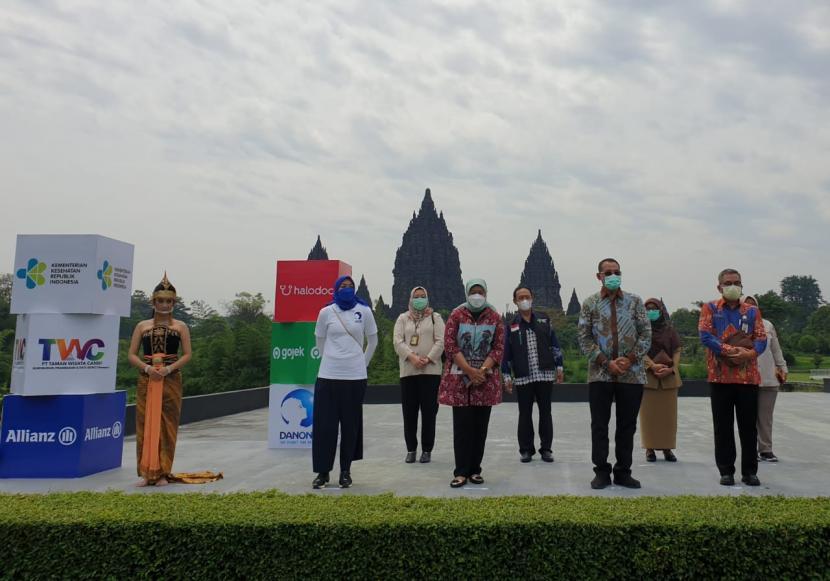 Vaksinasi Covid-19 dengan sistem drive thru diresmikan di  di Taman Parkir Ramayana Ballet kompleks Candi Prambanan, Senin (5/4)..