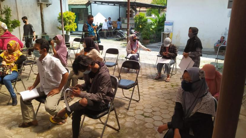 Vaksinasi Covid-19 di Kota Cirebon terus dilakukan percepatan. Upaya tersebut dimulai dari tingkat RW dengan sasaran usia 12 tahun keatas. Antusias pelajar untuk mengikuti vaksinasi pun cukup tinggi.