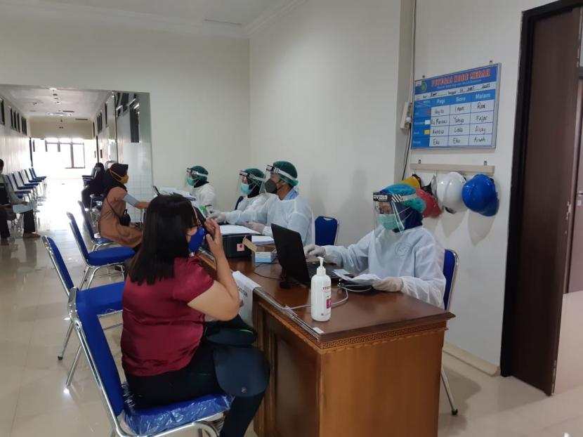 Vaksinasi Covid-19 untuk warga berusia di atas 18 tahun di Rumah Sakit Gigi dan Mulut (RSGM) Soelastri Universitas Muhammadiyah Surakarta (UMS) di Solo, Jawa Tengah, Senin (21/6).