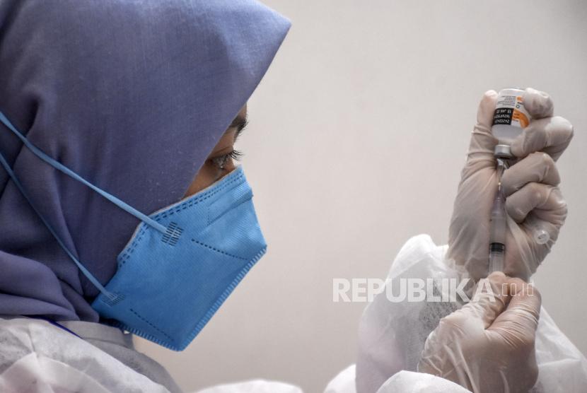 Vaksinator menyiapkan vaksin Covid-19 (ilustrasi).