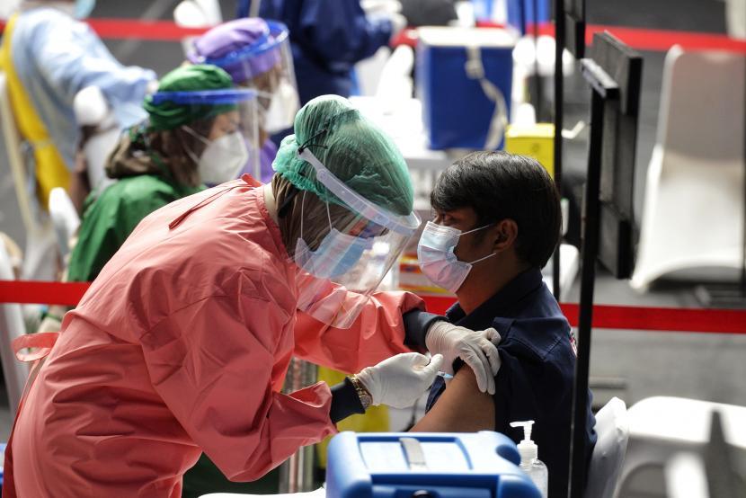 Vaksinator menyuntikkan vaksin Covid-19 kepada awak media di Hall Basket Senayan, komplek Gelora Bung Karno, Jakarta. Pemerintah juga sudah mengatur mekanisme bagi vaksin mandiri dalam program Vaksin Gotong Royong.