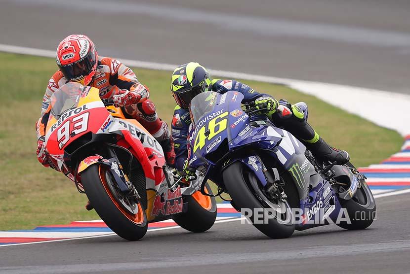 Valentino Rossi (kanan) dan Marc Marquez (kiri) sesaat sebelum keduanya terlibat insiden pada MotoGP Argentina di Sirkuit Termas de Rio Hondo, Argentina