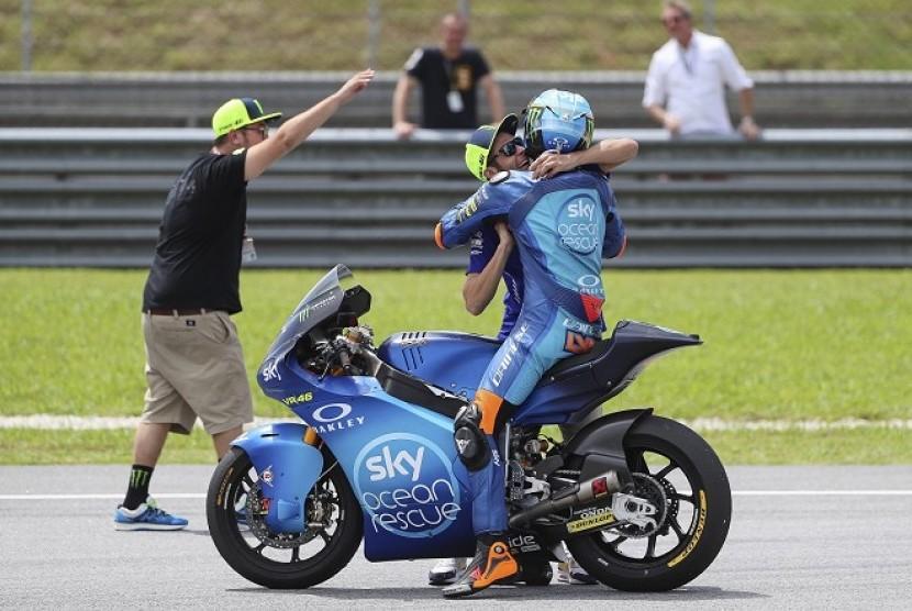 Valentino Rossi memeluk adiknya Luca Marini yang menjuarai seri Moto2 Malaysia.