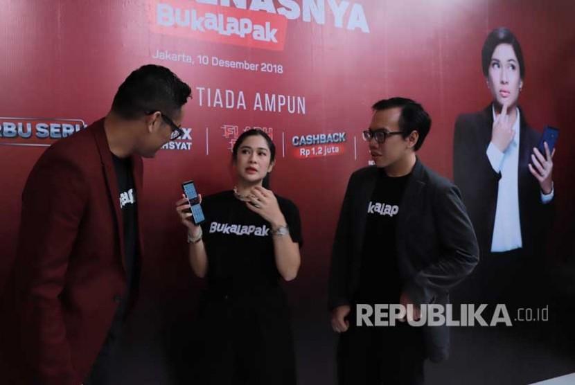 Vice President of Marketing Bukalapak Bayu Syerli, Aktris dan Penggiat Social Dian Sastrowardoyo, dan Co Founder & President Bukalapak Fajrin Rasyid berdiskusi pada acara pelincuran promo Harbolnas Bukalapak di Jakarta, Senin (10/12).