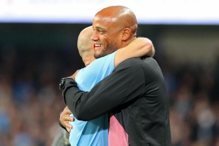 Vincent Kompany (kanan) memeluk salah satu pemain dari tim Legenda Manchester City.