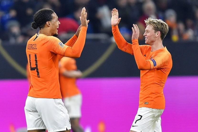 Virgil van Dijk (kiri) merayakan keberhasilan Belanda menahan imbang Jerman 2-2 dan lolos ke babak empat besar Liga A Liga Bangsa-Bangsa