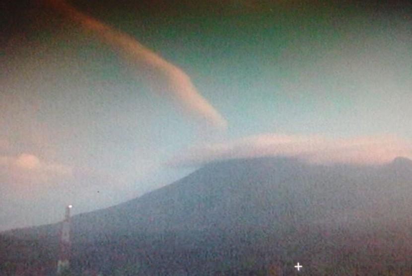 Visual Gunung Merapi pada Kamis pagi setelah terjadi letusan dan erupsi pada Kamis (24/5) dini hari.  Letusan berisi pijaran itu sendiri mengakibatkan hujan abu dan kabut sekitaran Magelang dan Sleman.