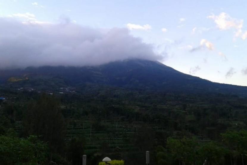 Visual Gunung Merapi pada Rabu (23/5) pagi setelah memuntahkan letusan freatik pada pukul 03.31.  Ini menjadi yang kelima kalinya selama tiga hari terakhir Gunung Merapi memuntahkan letusan.