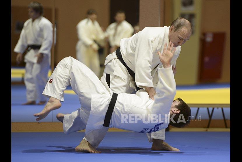Vladimir Putin berlatih dengan atlet judo (ilustrasi).