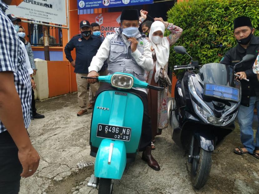 Wagub Jabar Uu Ruzhanul Ulum datang ke TPS di Kecamatan Manonjaya dengan mengendarai vespa bersama istrinya, Rabu (9/12).