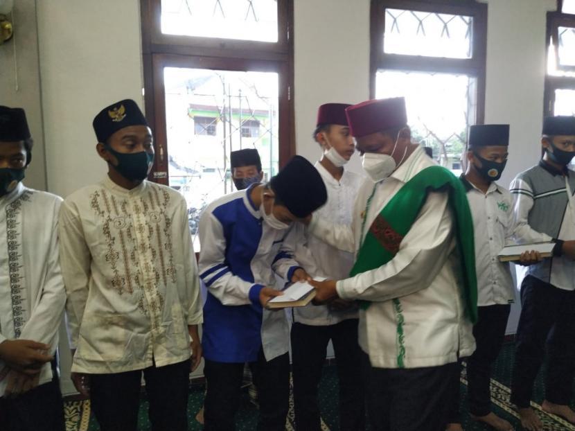 Wagub Jabar Uu Ruzhanul Ulum memberikan bantuan saat menjalani kegiatan safari Ramadhan di Masjid Rahmatulloh, Kecamatan Cipedes, Kota Tasikmalaya, Rabu (14/4)