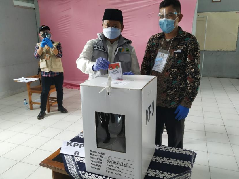 Wagub Jabar Uu Ruzhanul Ulum menyalurkan hak pilih sekaligus melakukan pemantauan pelaksanaan pilkada serentak di Kabupaten Tasikmalaya, Rabu (9/12).