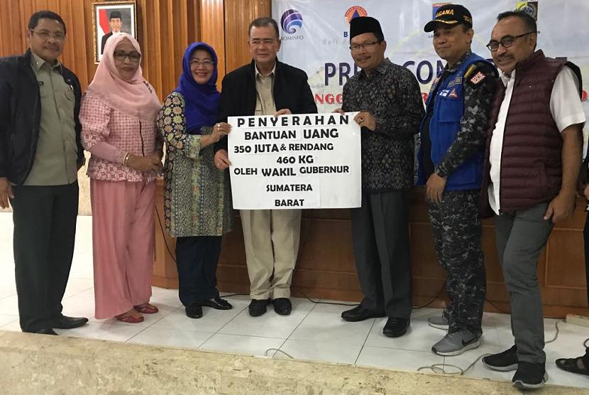 Wagub Sumbar Nasrul Abit tiba di Lombok, NTB untuk menyerahkan bantuan berupa setengah ton rendang dan uang tunai Rp 350 juta. Sebanyak setengah ton rendang lainnya masih akan dikirim pada Jumat (10/8) atau Sabtu (11/8) nanti.