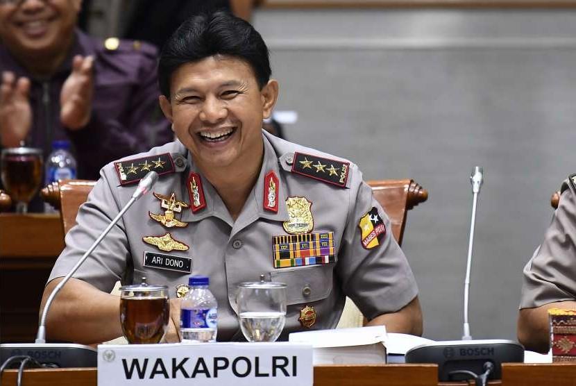 Wakapolri Komjen Pol Ari Dono mengikuti rapat kerja di Komplek Parlemen Senayan, Jakarta, Kamis (6/9).