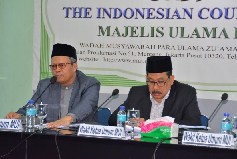 Waketum MUI Prof Yunahar Ilyas Lc MA dan Waketum MUI Drs. Zainut Tauhid Saadi MSi memimpin rapat Dewan Pimpinan Harian MUI di Gedung MUI Pusat, Jakarta, Selasa (12/2). Dok Istimewa