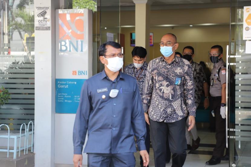 Wakil Bupati Garut, Helmi Budiman. Satuan Tugas Penanganan COVID-19 Garut menambah kekuatan tim pelacak atau tracer dari jajaran TNI/Polri dibantu sukarelawan yang disebar di setiap pusat kesehatan masyarakat (puskesmas) untuk menangani penyebaran Covid-19 di Kabupaten Garut, Jawa Barat.