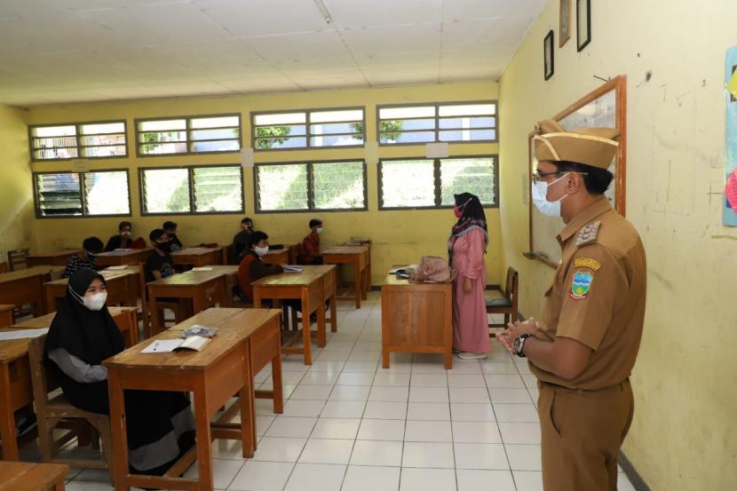 Wakil Bupati Garut, Helmi Budiman meninjau uji coba PTM di sejumlah sekolah di Kabupaten Garut, Senin (19/4).