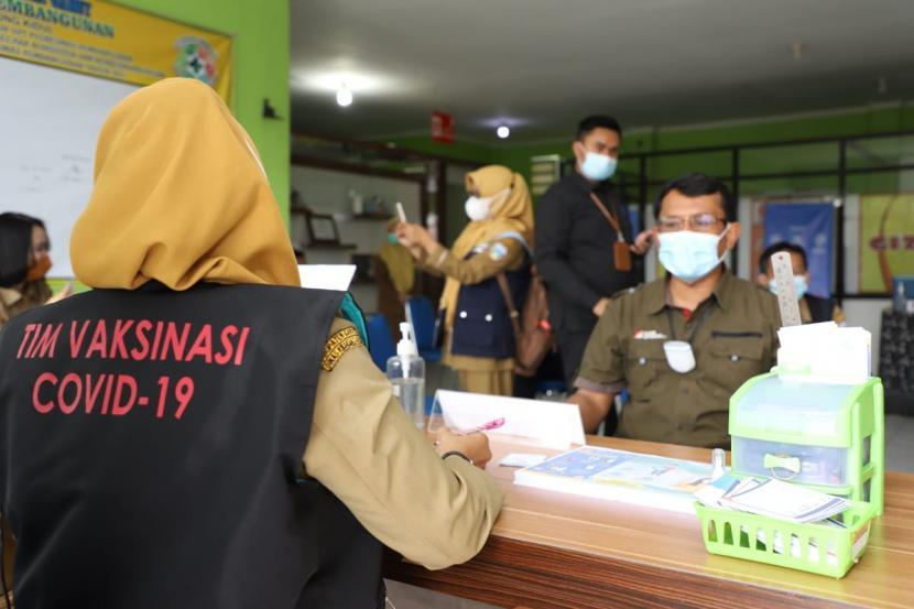 Pelaksanaan vaksinasi Covid-19 di Puskesmas Pembangunan, Kecamatan Tarogong Kidul, Kabupaten Garut, Senin (15/2/2021).