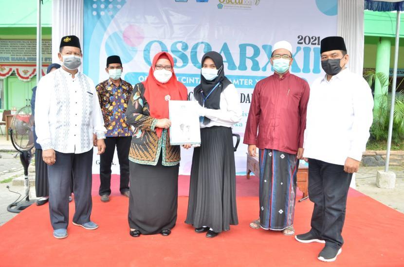 Wakil Bupati Gresik, Aminatun Habibah alias Bu Min (kedua dari kiri).