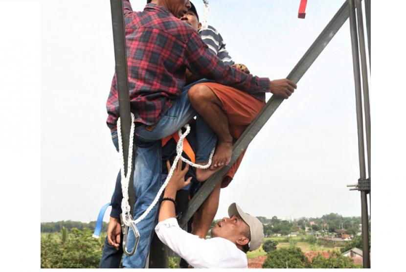 Wabup Purwakarta Ikut Panjat Tower Gagalkan Aksi Bunuh Diri