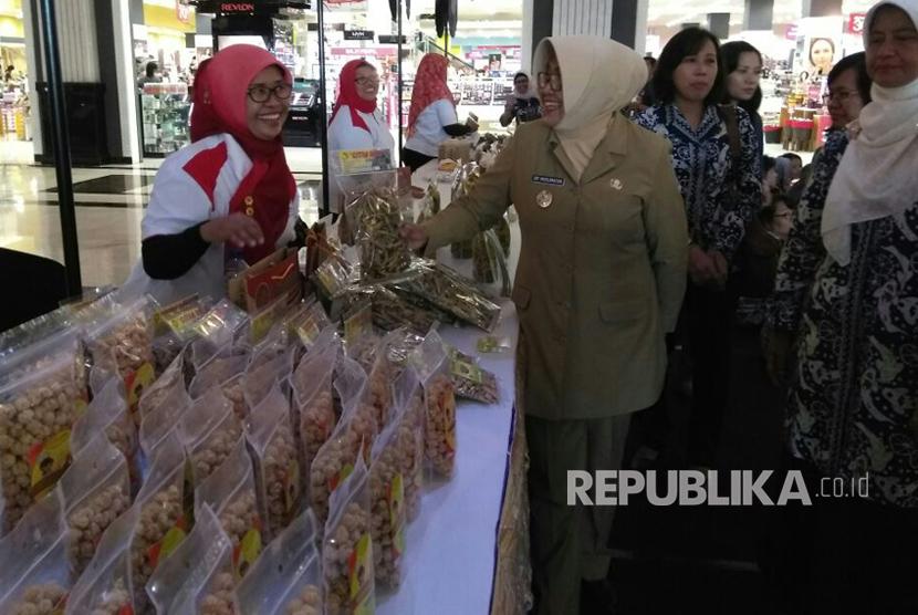 Wakil Bupati Sleman Sri Muslimatun, membuka lomba Lukis Cinta Ikan dan mengunjungi UMKM olahan ikan dalam rangka Kampanye Makan Ikan, di Jogja City Mall, Senin (21/8).