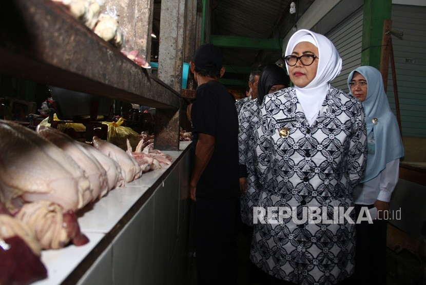 Wakil Bupati Sleman, Sri Muslimatun, saat memimpin pemantauan  harga sembako di Pasar Gamping, Jumat (21/12).