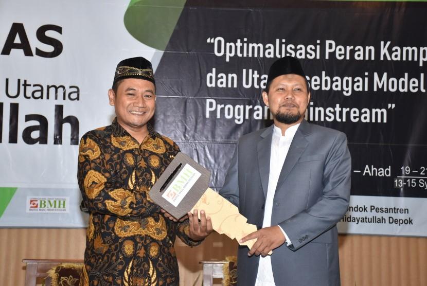 Wakil Direktur Utama BMH Pusat, Supendi (kiri) menyerahkan secara simbolis bantuan ambulans BMH  kepada Ketua Yayasan Pesantren Hidayatullah Depok, Ustaz Lalu Mabrul MPdI.