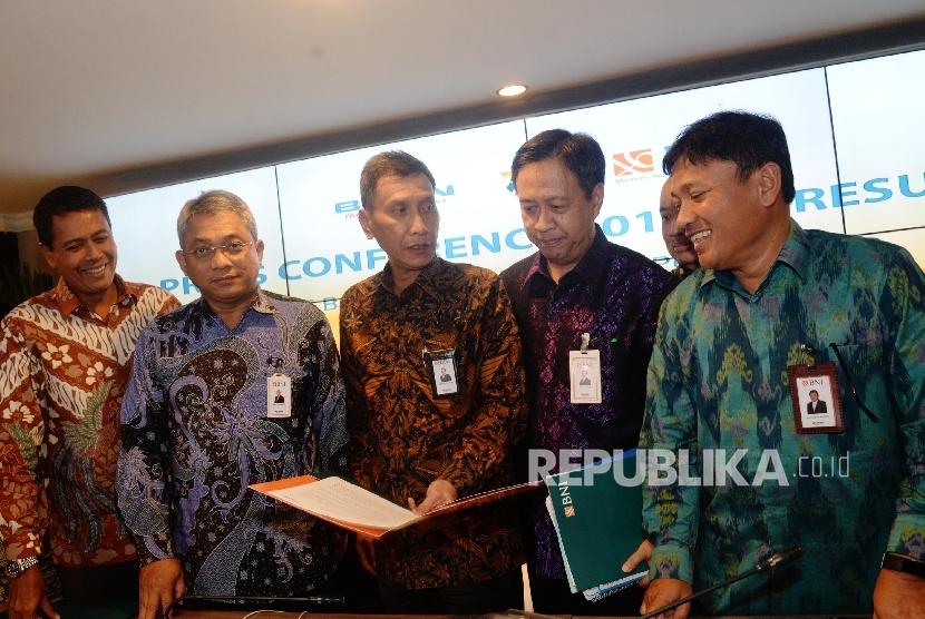 Wakil Direktur Utama BNI Herry Sidharta (tengah) berbincang bersama Direktur Keuangan & Risiko Kredit Rico Rizal Budidarmo (kedua kiri), Direktur Bisnis Konsumer Anggoro Eko cahyo (kiri), Direktur Tresuri & Internasional Panji Irawan (kedua kanan), dan Direktur Perencanaan & Operasional Bob T. Ananta (kanan) berfoto bersama usai Paparan Kinerja Q3 tahun 2017 Bank Negara Indonesia (BNI), Jakarta, Kamis (12/10).