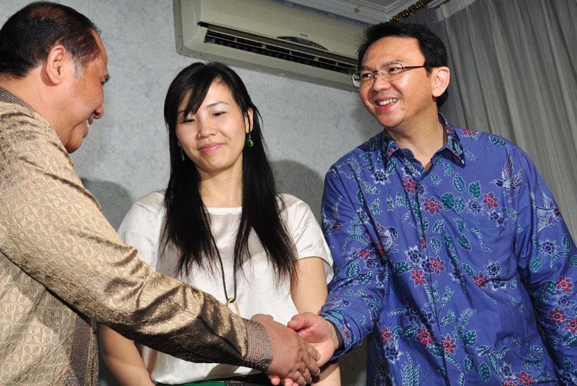 Wakil Gubernur DKI Basuki Tjahja Purnama (kanan) didampingi Istri Veronica Tan (tengah) berjabat tangan dengan Mantan Wagub DKI Prijanto.