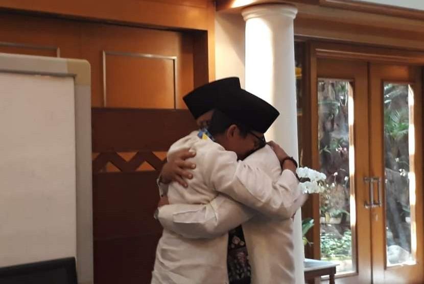 Sandiaga Salahuddin Uno dan Anies Rasyid Baswedan berpelukan dan bertukar syal dalam momen perpisahan di Balai Kota. Saat itu, Sandiaga berpamitan untuk maju sebagai cawapres dalam pilpres 2019.