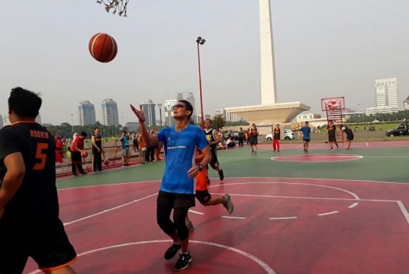 Jakarta Deputy Governor Sandiaga Uno played basketball with citizens at Monas, Jakarta, Friday (November 3).