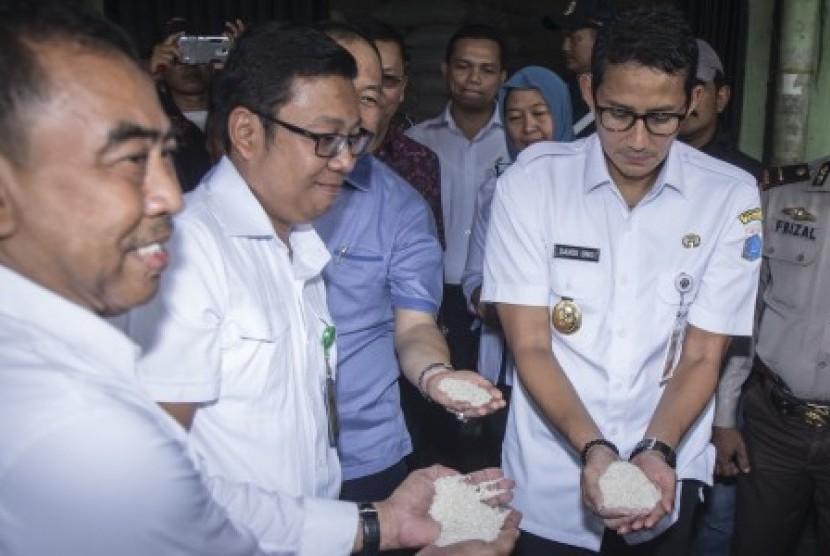 Wakil Gubernur DKI Jakarta Sandiaga Uno (kanan)