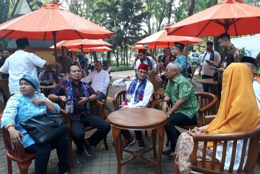 Wakil Gubernur DKI Jakarta Sandiaga Uno (tengah memakai peci merah) sedang duduk menghadiri Peresmian Kampung Betawi di Pasar Seni Taman Impian Jaya Ancol, di Jakarta Utara, Rabu (13/6).