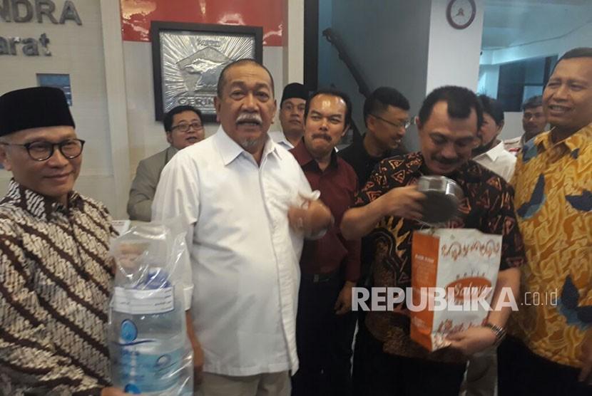 Wakil Gubernur Jabar, Deddy Mizwar (Demiz) mengunjungi DPW Gerindra Jabar, Senin (23/10). Dalam kunjungan tersebut, Demiz membawa oleh-oleh Zamzam dan kurma.