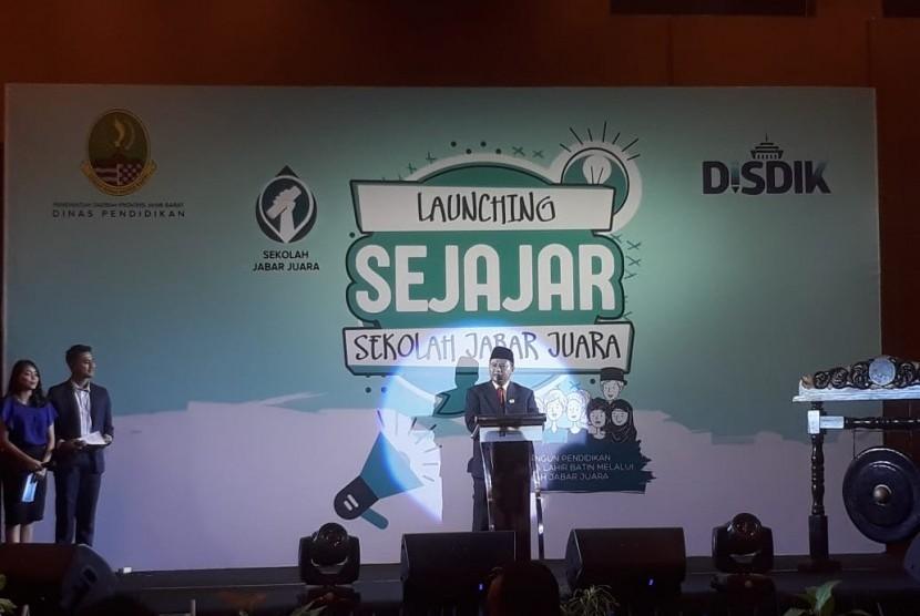 Wakil Gubernur Jawa Barat, UU Ruhzanul Ulum meresmikan peluncuran program Sekolah Jabar Juara (Sejajar) di Hotel Holiday Inn, Kota Bandung, Rabu (19/12). Diharapkan, Angka Partisipasi Sekolah masyarakat Jabar meningkat.