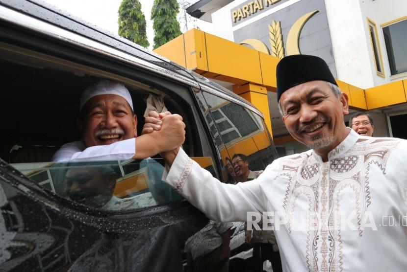 Wakil Gubernur Jabart yang juga calon Gubernur Jabar, Deddy Mizwar (kiri) berjabat tangan dengan Ketua DPW PKS Jabar Ahmad Syaikhu usai bersilaturahim di Kantor DPW PKS Jawa Barat, Jl Soekarno Hatta, Kota Bandung, Jumat (27/10).