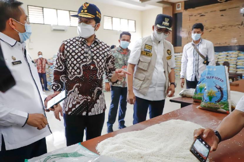 Wakil Gubernur Jawa Timur Emil Dardak mengecek kualitas beras bansos PPKM Darurat di Kabupaten Bangkalan, Rabu (4/8).